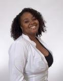 Junges schwarze Frauen-Lächeln stockfotografie