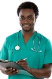 Junges schwarzes Doktorschreiben Stockfoto