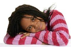 Junges schwarzes Kind mit Kopf auf Armen Stockbilder