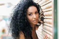 Junges schwarzes Mädchen, Afrofrisur, mit dem sehr gelockten Haar stockfoto