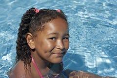 Junges schwarzes Mädchen im Swimmingpool Lizenzfreies Stockbild