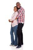 Junges schwarzes Paarumarmen stockfoto