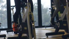 Junges sexy geeignetes Modelltraining in der Turnhalle auf Hometrainer stock footage