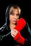 Junges sexy gefährliches Verpackenmädchen, das Hand- und der Handgelenkeweiblichen Kampfboxer einwickelt Stockfoto