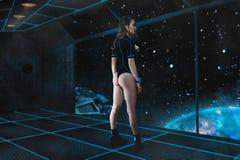 Junges sexy Mädchen auf Raumschiffbrett im Raum Stockbild
