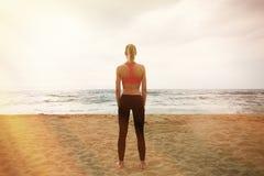 Junges sexy Mädchen, das Sport-Training leeren Sand-Strand macht Eignungs-Frau, die aktive Schulungseinheits-Zeit-Meer im Freien  Stockbilder