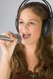 Junges singendes Mädchen Lizenzfreie Stockbilder