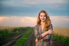 Junges slawisches Mädchen, das auf dem Gebiet steht Lizenzfreie Stockfotografie
