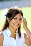 Junges spanisches Mädchen, das in der Sonne in Spanien lächelt Stockfoto