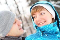 Junges spielerisches Paar hat einen Spaß. Winter lizenzfreies stockbild