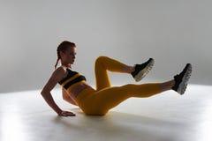 Junges Sportlerin workin heraus Stockbild