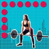 Junges sportliches Fraueneignungsmodell, das deadlift tut lizenzfreies stockfoto