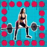 Junges sportliches Fraueneignungsmodell, das deadlift tut lizenzfreie stockbilder