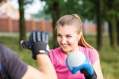 Junges sportliches Frauentrainingsverpacken mit Trainer Stockbilder