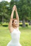 Junges Sportmädchen tun Yoga Lizenzfreie Stockfotografie