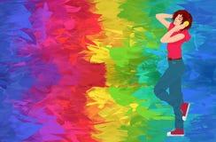 Junges stilvolles Brunettefrauenmädchen mit den Kopfhörern, die den abstrakten Farbhintergrund tanzen und weitergehen Stockfotografie