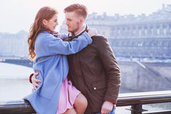 Junges Straßenporträt des glücklichen Paars Stockfoto