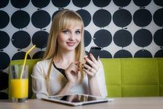 Junges Studentenmädchen, das Orangensaft trinkt Stockfoto