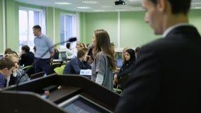 Junges Studentenmädchen mit dem Mikrofon in ihren Händen sprechend mit dem Publikum über aktuelle Techniken und modern stock video