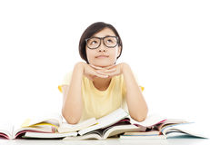 Junges Studentenmädchen, das mit Buch über weißem Hintergrund denkt Stockbild