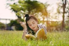 Junges Studentin-Lesebuch in der Universität lizenzfreies stockbild