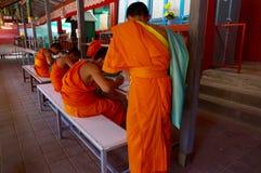 Junges Studieren der buddhistischen Mönche Stockbilder
