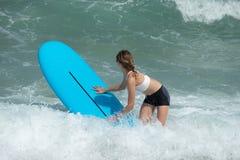 Junges Surfer-Mädchen stockbilder
