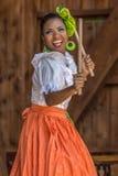 Junges Tänzermädchen von Poerto Rico im traditionellen Kostüm stockbilder