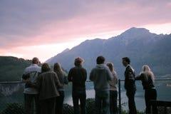 Junges Team, das in den Alpen stillsteht Stockfotografie
