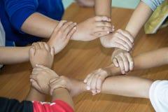 Junges Team, das Hände für neuen Start im kreativen Büro, in Team Teamwork Togetherness Collaborations-Mit-Arbeiten und in der Te stockfotografie