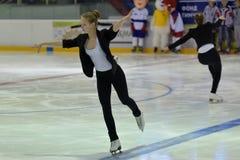 Junges Team von einer Schule des Eislaufs auf Eis Lizenzfreie Stockfotos