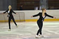 Junges Team von einer Schule des Eislaufs auf Eis Lizenzfreie Stockbilder