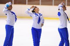 Junges Team von einer Schule des Eislaufs auf Eis führt durch, verkleidet als Seeleute Stockfotografie