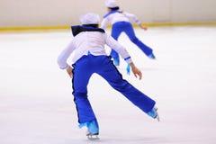 Junges Team von einer Schule des Eislaufs auf Eis führt durch, verkleidet als Seeleute Lizenzfreie Stockfotos