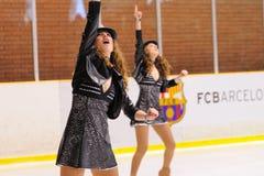 Junges Team von einer Schule des Eislaufs auf Eis führt am internationalen Cup Ciutat De Barcelona durch Stockfotografie