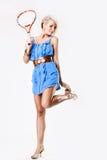 Junges Tennisart und weisebaumuster im blauen Kleid stockfotos
