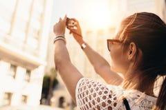 Junges touristisches Aufnahme selfie in einer Straße umgeben durch buildin Stockbilder
