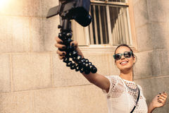 Junges touristisches Aufnahme selfie Video beim Gehen in die Straße Stockfotografie