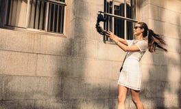Junges touristisches Aufnahme selfie Video beim Gehen in die Straße Stockfotos