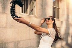 Junges touristisches Aufnahme selfie Video beim Gehen in die Straße Lizenzfreies Stockfoto