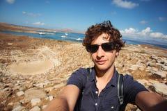 Junges touristisches nehmendes selfie Delos, Griechenland stockbild