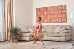 Junges Training der Frau zu Hause Stockbilder