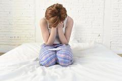 Junges trauriges Frauenschreien frustriert nach der Prüfung des negativen oder positiven Schwangerschaftstests lizenzfreie stockfotos