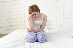 Junges trauriges Frauenschreien frustriert nach der Prüfung des negativen oder positiven Schwangerschaftstests lizenzfreies stockfoto