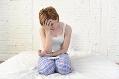 Junges trauriges Frauenschreien frustriert nach der Prüfung des negativen oder positiven Schwangerschaftstests lizenzfreie stockfotografie