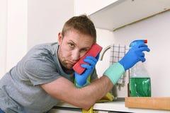 Junges trauriges frustriertes Mannreinigungs- und -reinigungshauptspülbecken Stockbilder