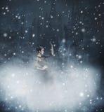 Junges und emotionales Kleid der Frau in Mode auf einem schneebedeckten Hintergrund Stockbilder