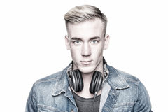 Junges und lächelndes DJ Stockbild