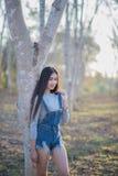 Junges und schönes asiatisches Frauenreitfahrrad draußen im Park stockbilder