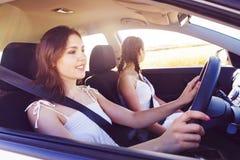 Junges und schönes Mädchenautofahren Stockbild